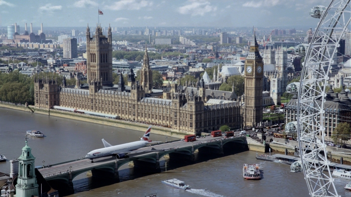 A Boeing 777-200 makes its way across Westminster Bridge